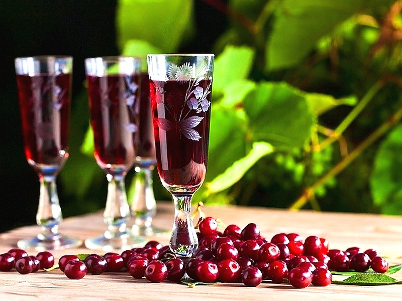 Домашние алкогольные напитки с вишней